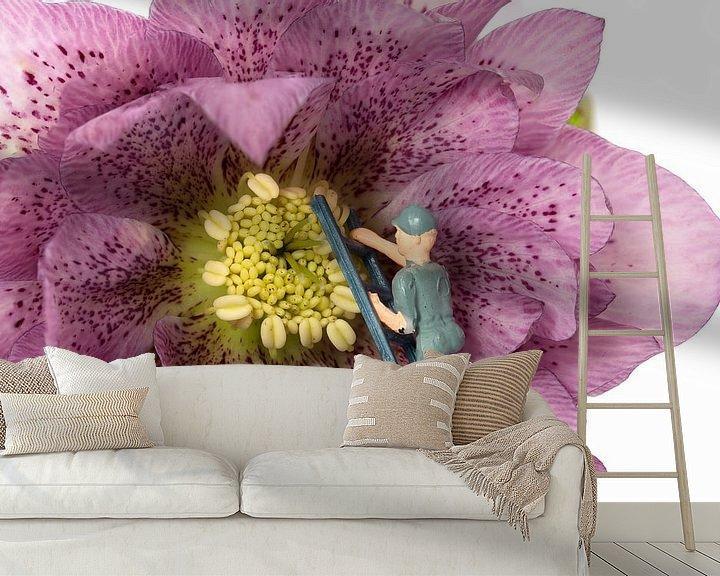 Sfeerimpressie behang: mannetje zorgt voor onderhoud van een bloem van Compuinfoto .