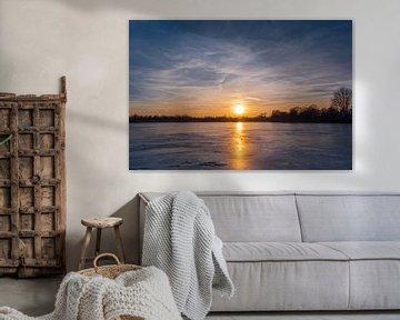 Gefrorener See im Sonnenuntergang van Malte Pott