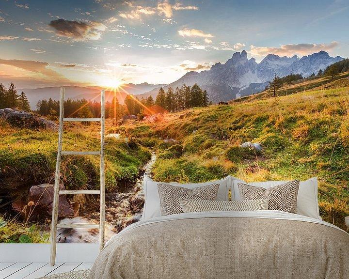 """Sfeerimpressie behang: Berglandschap """"Zonsondergang in de bergen"""" van Coen Weesjes"""