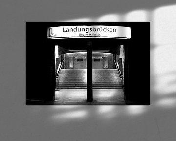 Nachts: Eingang Landungsbrücken von Norbert Sülzner
