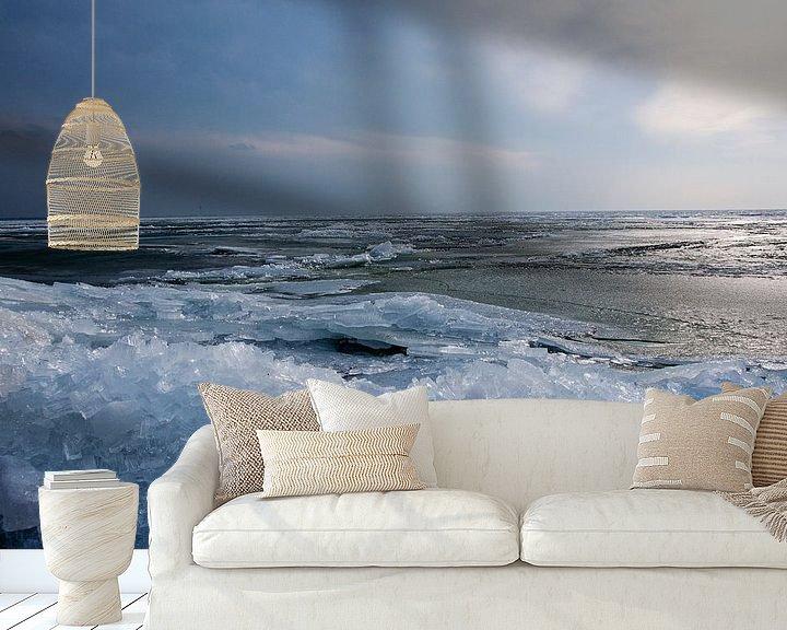 Sfeerimpressie behang: Winterlandschap van kruiend ijs  van Ton de Koning