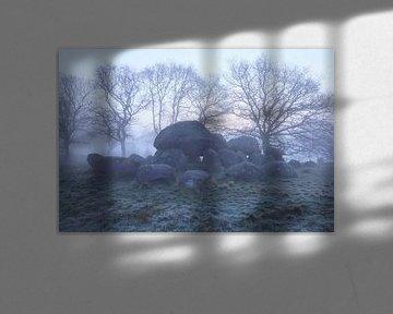 Hunebed van Loon op mistige morgen van Karla Leeftink