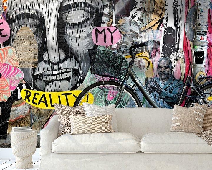 Sfeerimpressie behang: Fiets tegen muur met Berlijnse graffiti.  van Eddie Meijer