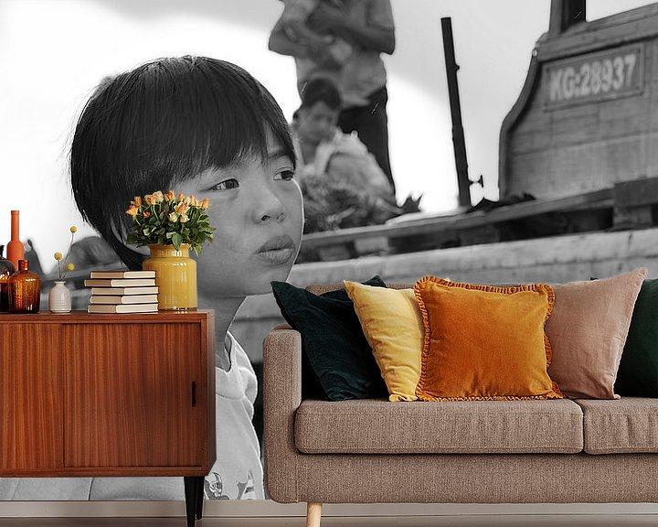 Sfeerimpressie behang: Vietnamese jongen in gedachten van Jack Koning