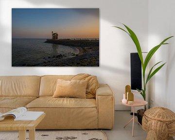 Alleenstaand huisje aan de Volendamse haveningang bij zonsondergang van Chris Snoek
