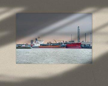 Olietanker in haven  bij Rotterdam van Anouschka Hendriks