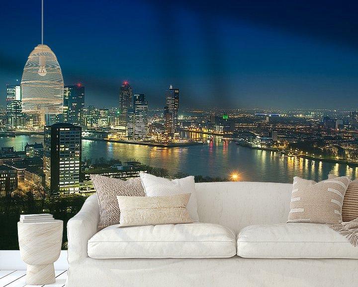 Sfeerimpressie behang: Panorama skyline Rotterdam bij Nacht van Anouschka Hendriks