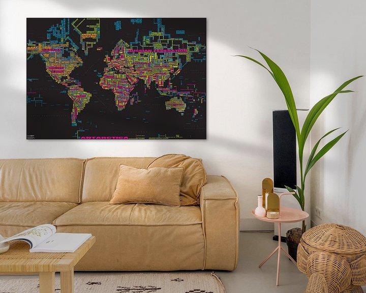 Sfeerimpressie: Wereldkaart Typografie, Zwart & Kleur van MAPOM Geoatlas