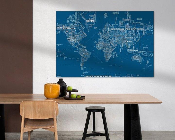 Sfeerimpressie: Wereldkaart Typografie, Blauw van MAPOM Geoatlas