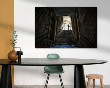 Silhouet van een vrouw aan het einde van een tunnel met trap. Wout Kok One2expose sur Wout Kok