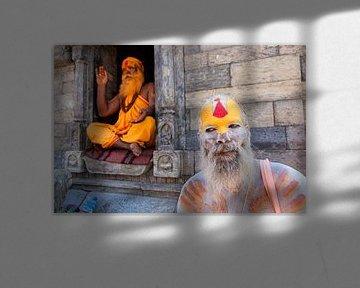 Zwei bemalte Sadhus in Kathmandu Nepal sur Wout Kok