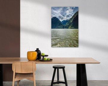 Bergen en waterval in Milford Sound, Nieuw Zeeland van Ricardo Bouman