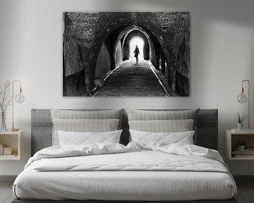 Silhouette van vrouw in werfkelder. Wout Kok One2expose van Wout Kok