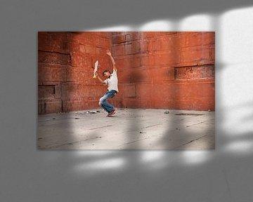 Jongen die cricket speelt in Varanasi India. Wout Kok One2expose van Wout Kok