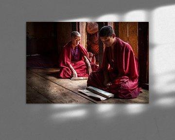 Jonge monniken in gebed ruimte in Dzong van Trongsa Bhutan. Wout Kok One2expose van Wout Kok