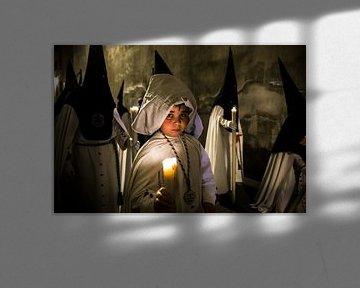Kind in broederschap tijdens processie van de semana santa in Sevilla Spanje. Wout Kok One2expose von Wout Kok