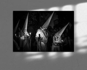 Drie leden van een broederschap in processie tijdens de semana santa in Sevilla. Wout Kok One2expose von Wout Kok