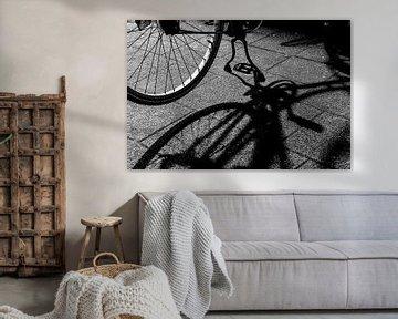 Im Schatten des Fahrradunterstand sur Nannie van der Wal