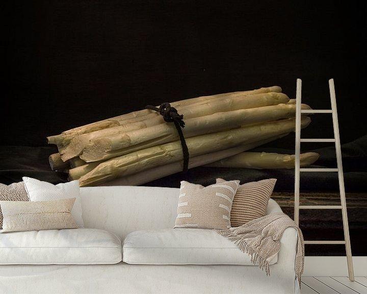 Sfeerimpressie behang: Stilleven met bundel asperges op antieke tafel. Wout Kok One2expose van Wout Kok