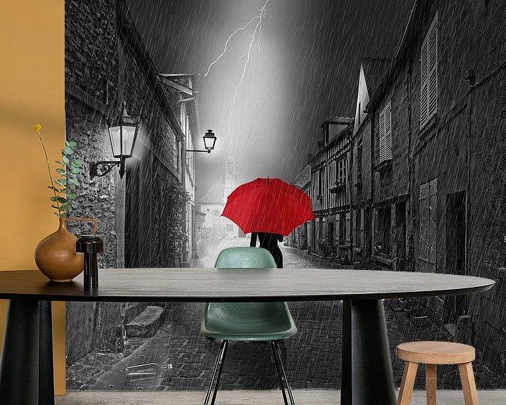 Sfeerimpressie behang: De vrouw met de rode paraplu. van Monika Jüngling