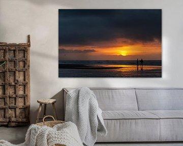 Surfers - zonsondergang sur Dick van Duijn