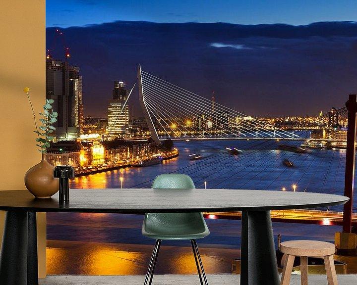 Sfeerimpressie behang: Rotterdamse bruggen in de avond van Dennis van de Water