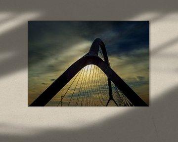 Brug De Oversteek bij Nijmegen, met ondergaande zon sur Maerten Prins