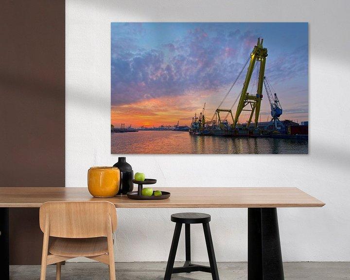 Sfeerimpressie: Drijvende kraan tijdens zonsondergang te Rotterdam van Anton de Zeeuw