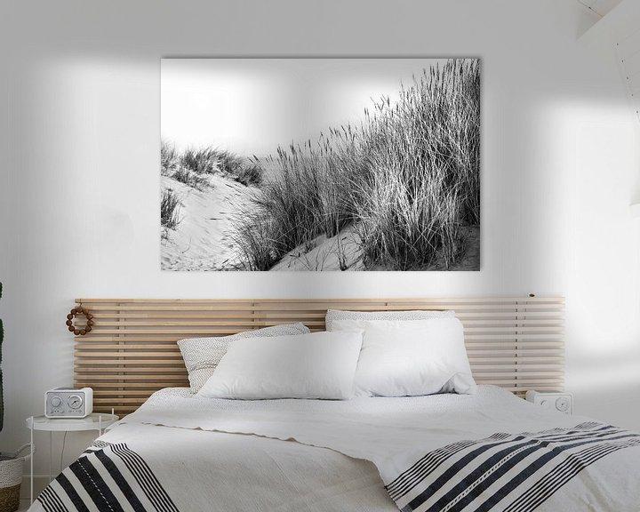 Impression: Dunes avec oyats et vue sur la mer en noir et blanc sur Anouschka Hendriks