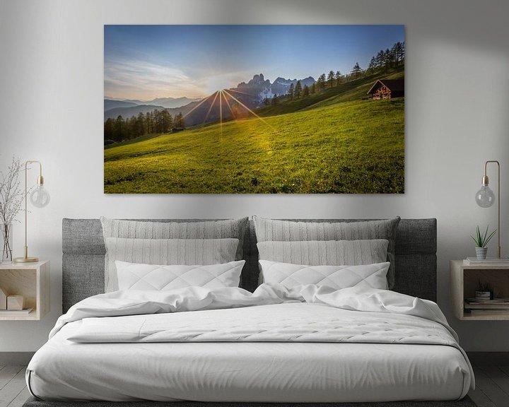 """Sfeerimpressie: Berglandschap """"Zonsondergang in de bergen"""" van Coen Weesjes"""