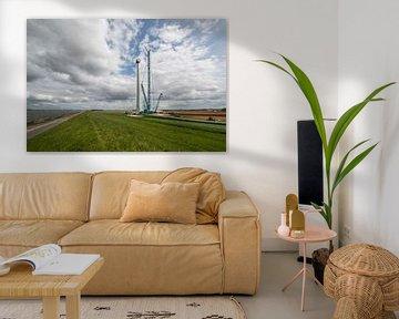 Bouw van een moderne windmolen aan de dijk in Nederland von Tonko Oosterink