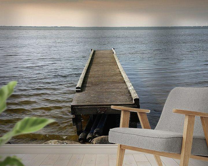 Sfeerimpressie behang: Houten steiger in meer van Yvonne Smits