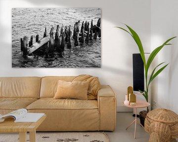 Holzbalken in Wasser von Yvonne Smits
