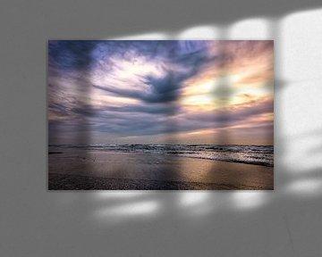 Donkere wolken na de zonsondergang boven de Noordzee van eric van der eijk