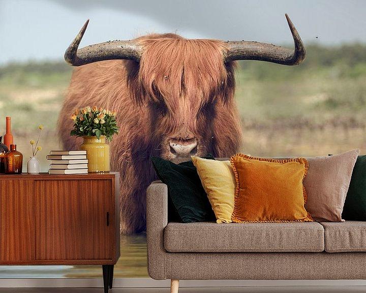Sfeerimpressie behang: De benadering van een stier met hoorns. van Bastiaan Schuit