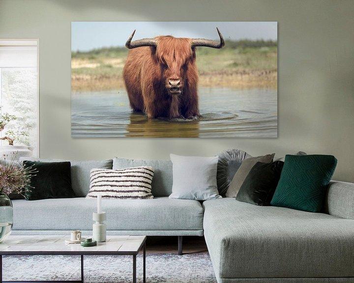 Sfeerimpressie: De benadering van een stier met hoorns. van Bastiaan Schuit