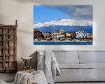 Mount Etna above Giardini Naxos van Gisela Scheffbuch