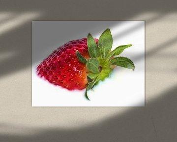 Mooie rode aardbei drijvend in melk van Michèle Huge
