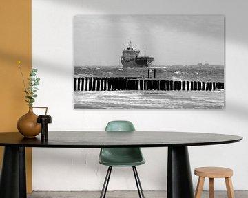 Vrachtschip dicht bij kustlijn Zoutelande van MSP Canvas