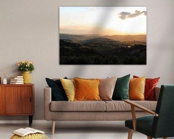 De heuvels van Toscane tijdens een zonsondergang van Wesley Flaman