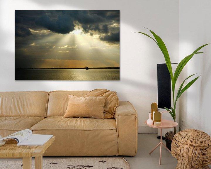 Sfeerimpressie: Zon schijnt door de wolken in Ras al Hadd van Yvonne Smits
