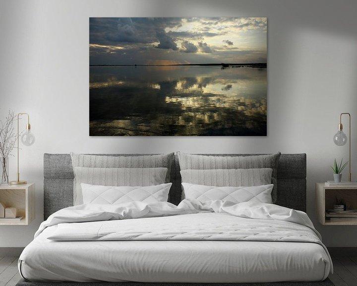 Sfeerimpressie: Reflecties in het water bij zonsopkomst in Oman van Yvonne Smits