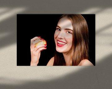 Jonge vrouw eet een appel van Anita Hermans