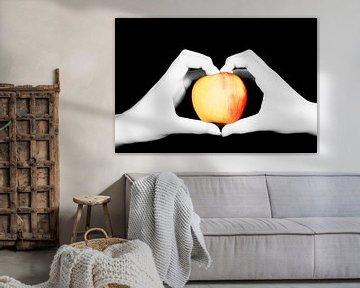handen houden een appel vast von Anita Hermans