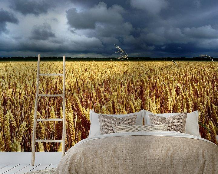 Sfeerimpressie behang: Graanveld en grijze lucht van Michel van Kooten