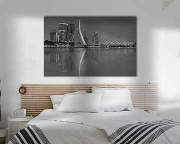 Skyline van Rotterdam met Erasmusbrug in zwart-wit. van Ilya Korzelius