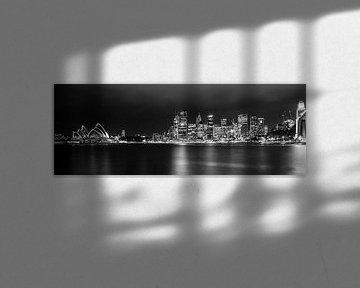 Sydney by Night in B&W, Australie van Chris van Kan