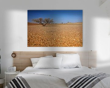 Eenzame boom in de woestijn van Yvonne Smits