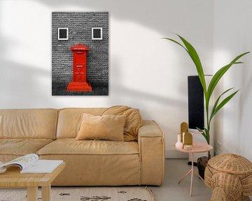 Rode brievenbus tegen muur in zwart wit van Yvonne Smits
