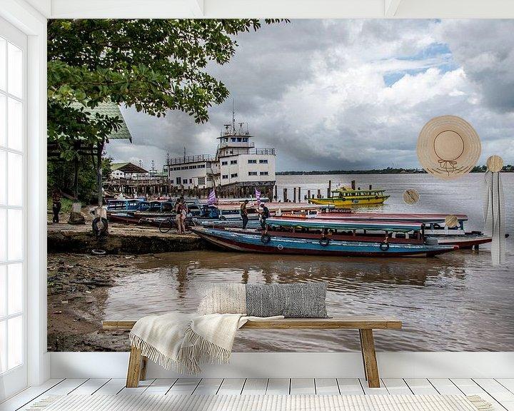 Sfeerimpressie behang: Bootovertocht Surinamerivier. van Ton de Koning